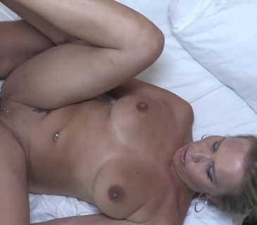 Julia Pink mit einem Stecher auf dem Hotelzimmer