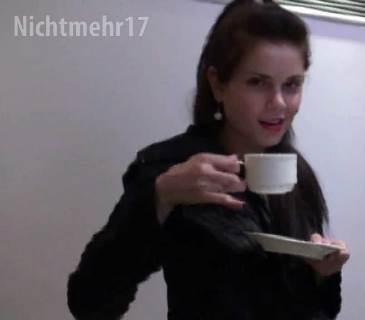Sofie wichst ihre Pussy in einer Hotelbar